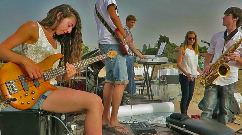 להקה צעירה מופע בפני 450 איש